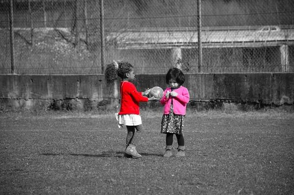 Bambine che giocano al pallone